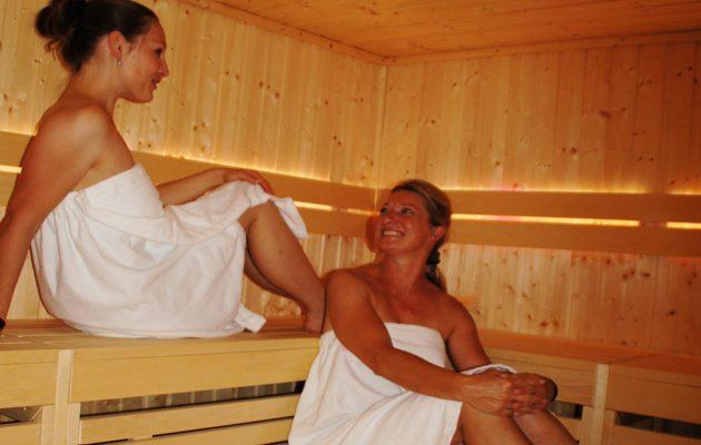 Zwei Damen entspannen in der Sportlersauna im SportQuadrat | Bietigheim