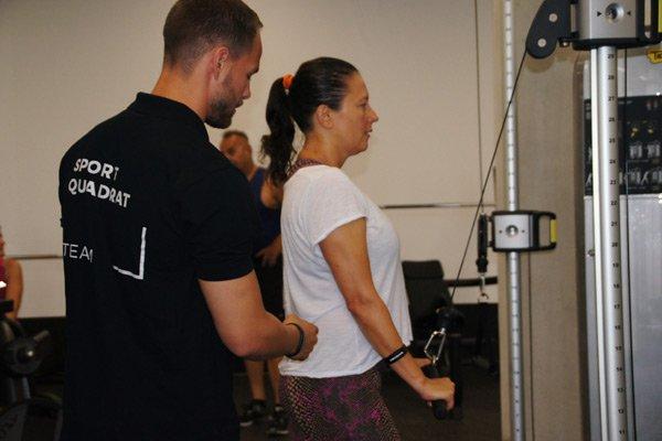 Qualifizierte und kompetente Trainer weisen die SportQuadrat Besucher ein